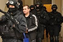 Jevgenij Rotshtein v doprovodu ozbrojené vězeňské eskorty.