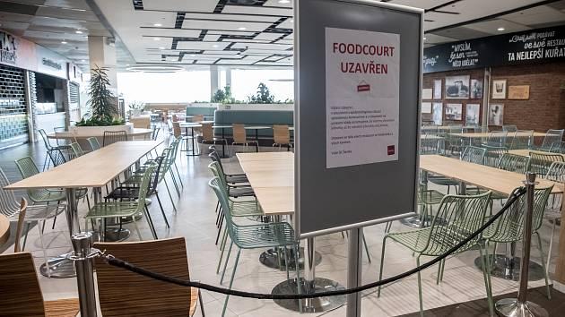 Uzavřený Food Court v obchodním centru Šestka 13. března v Praze.