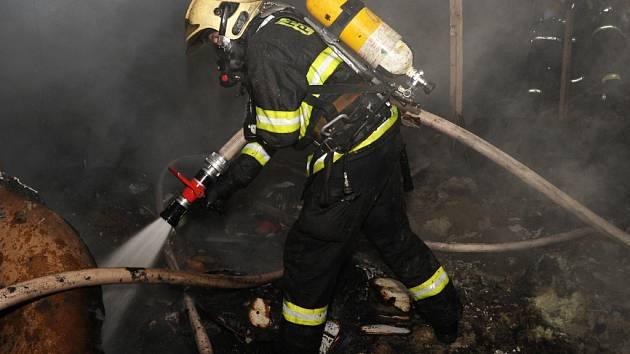 Při požáru plechového skladu v Malešické ulici v Praze 3 uhořeli dva bezdomovci.