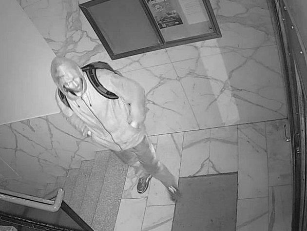 Muž podezřelý z vloupání do domu v Kouřimské ulici v Praze 3.