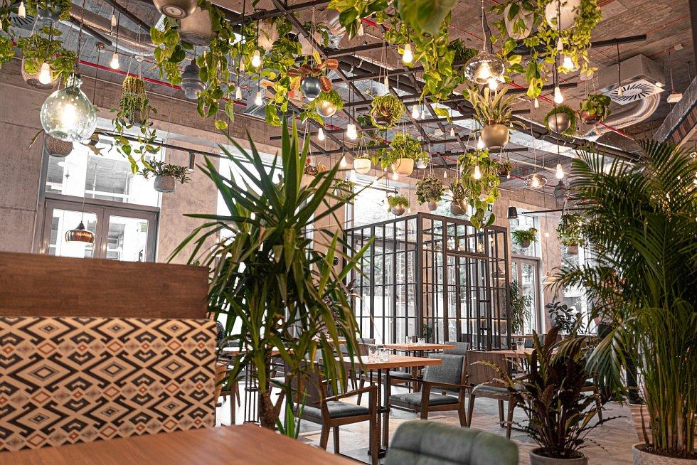 """Občerstvení a relax. Mileniálové upřednostňují originální prostory, v kancelářské budově Praga Studios mají """"zelenou"""" restauraci. Firmy si je době velmi nízké nezaměstnanosti předcházejí."""