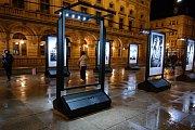 Vandalové zničili část unikátní výstavy velkoplošných fotografických portrétů stoletých Čechoslováků.