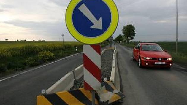 Betonový masiv v silnici retardéru v Tursku.