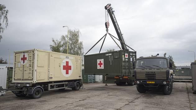 Vojáci nakládali 17. října 2020 ve skladech v Hradci Králové materiál pro polní nemocnici, kterou armáda postaví v hale v pražských Letňanech pro pacienty s nemocí covid-19.