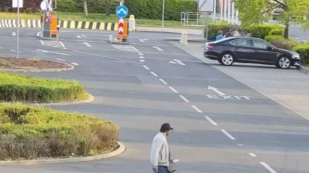 Muž hledaný v souvislosti s krádeží kabelky.