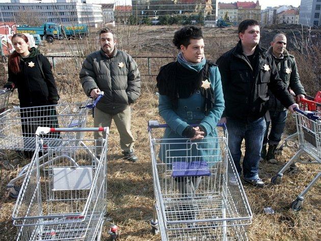 Na prostranství nad pražským Parkhotelem protestovali odpůrci prodeje pozemku, na kterém byli za druhé světové války shromažďováni Židé k deportacím.