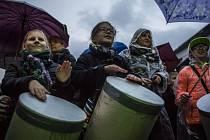 Přehlušit mlčící většinu se pokusila akce Bubnování pro Bubny, která se konala 16. října