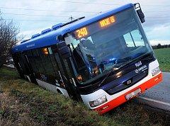 Nehoda autobusu linky 240 v Dolních Měcholupech