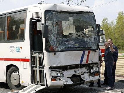 NEPOVEDENÁ CESTA NA ŠKOLU V PŘÍRODĚ. Při srážce dvou autobusů bylo zraněno 11 dětí.