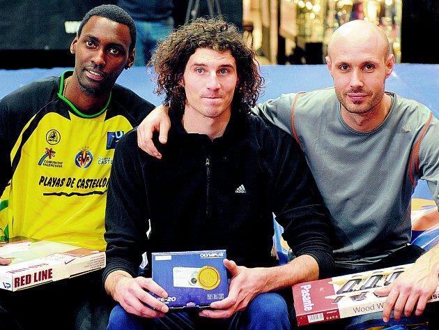 NEJLEPŠÍ TROJKA. Vítěz 30. ročníku výškařského mítinku Novinářská laťka Jaroslav Bába (uprostřed) si vychutnává triumfální chvíle mezi druhým Kubáncem Lisvanym Pérezem (vlevo) a třetím Svatoslavem Tonem.