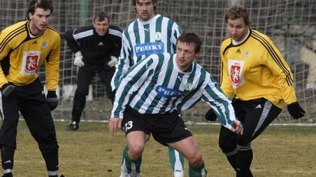 Adam Brzezina (u míče) prodloužil své podzimní hostování v Bohemians Praha až do konce letošního ročníku.