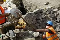 CO SE SKRÝVÁ POD ZEMÍ? Archeologové našli při vykopávkách pod budoucím Copa centrem gotické sklepení.