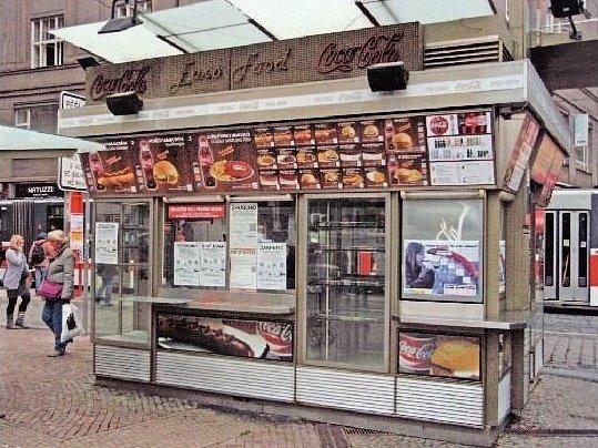 OPUŠTĚNÝ STÁNEK stojí na Můstku v bezprostřední blízkosti stejnojmenné stanice metra. Odklidit ho by bylo prý drahé i technicky složité