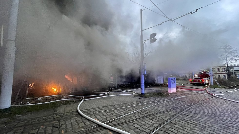 Pražští hasiči likvidují požár haly u Nádraží Braník.