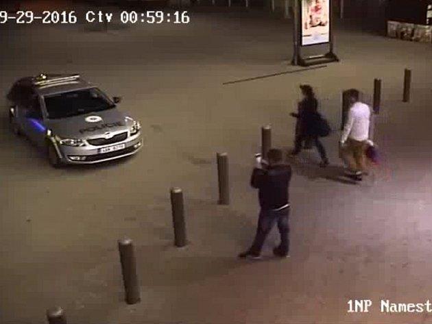 Focení na policejním voze.