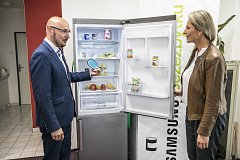 Místostarosta Prahy 3 David Gregor a Tereza Vránková ze Samsungu při předání lednice v Komunitním centru Žižkov.