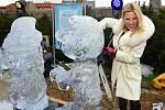 Ledové sochy s tématikou komiksových postav na střeše Galerie Harfa.