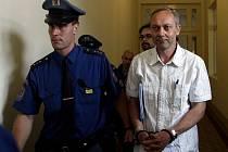 VINU NECÍTÍ. Policejní eskorta přivádí k soudu bývalého magistrátního úředníka Jiřího Lorenze.