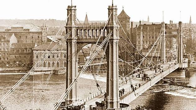 CÍSAŘSKÝ MOST. Celkový pohled od Letné na most císaře Františka Josefa I. kolem roku 1900.