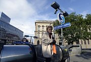 Vstup do metra Karlovo náměstí u sochy Elišky Krásnohorské se proměnil na budoucí přístup do podzemní železniční stanice.