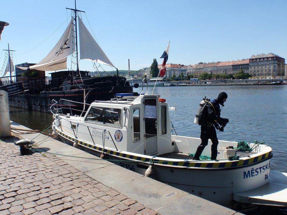 Potápěči pražských strážníků vylovili ženě z Vltavy kabelku.