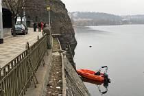 Policejní potápěči hledají munici pod Vyšehradskou skálou.