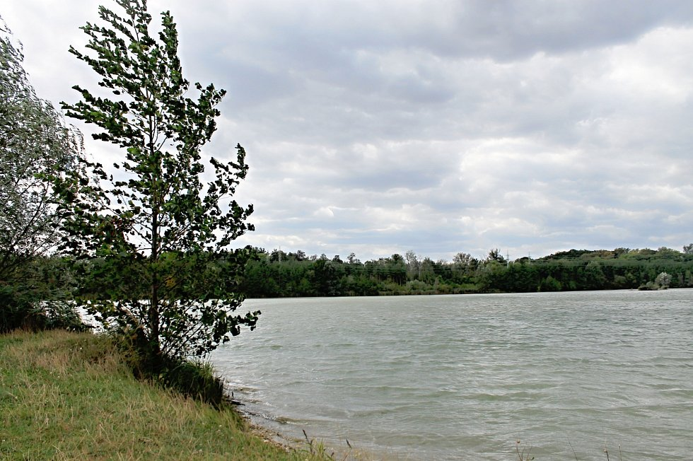 Pískovna Malvíny láká ke koupání, procházkám i rybaření.