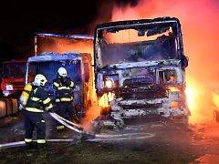Požár v pražských Horních Počernicích poškodil pět nákladních vozidel