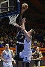 Basketbalové utkání Kooperativa NBL mezi celky USK Praha a ČEZ Basketball Nymburk 2.února v Praze. Filip Petružela vs. Alex Davis.