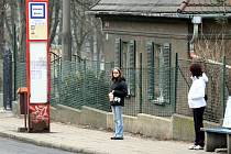 Mávat řidič na znamení prý již netřeba. Samotná přítomnost cestujícího na zastávce je signálem, že do autobusu nastoupit chce.