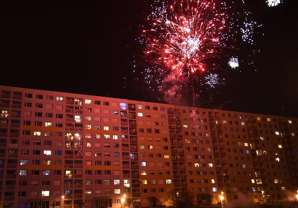 Silvestrovské oslavy v noci na 1. ledna 2021 na sídlišti Jižní město v Praze.