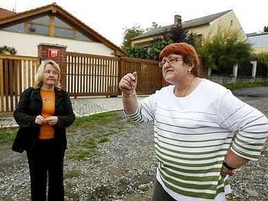 Na špatný stav místních komunikací a chybějící kanalizaci si stěžovala slivenecké starostce Janě Plamínkové (vlevo) i místní obyvatelka Miloslava Pešková.