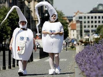 Na Václavském náměstí jste mohli potkat spermie poukazující na problematiku AIDS.