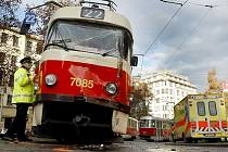 Srážka tramvaje a autobusu na náměstí Míru si vyžádala šest zraněných. Příčinu nehody šetří drážní inspekce.