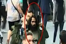 Muž vykopl sklo z dveří metra, hledá ho policie.