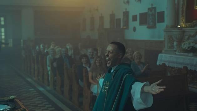Strahovské autokino dnes promítá polské drama Corpus Christi.