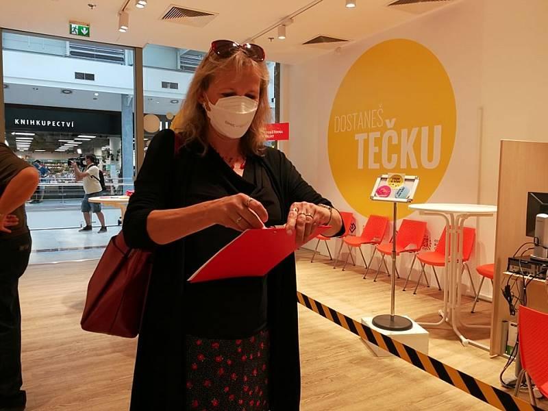 V OC Nový Smíchov se 19. července 2021 otevřelo třetí centrum v Praze, kde se lze očkovat proti covid-19 bez registrace. Na snímku je Iva Voldižárová.