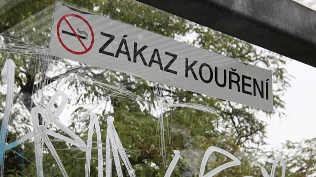 Zákaz kouření na zastávce MHD.
