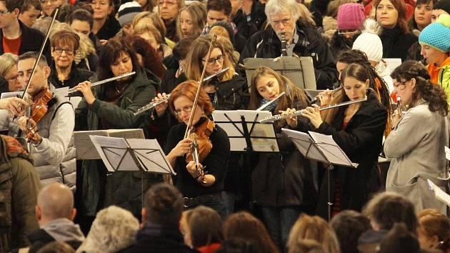 Již pošestnácté v odbavovací hale na Hlavním nádraží v Praze zazněla Česká mše vánoční.
