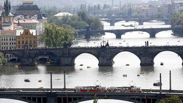 Pohled z Letné na pražské mosty (zpředu) Mánesův, Karlův, Legií, Jiráskův a Palackého.