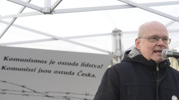 Petr Marek z iniciativy Bez komunistů.cz vystoupil 24. února na Staroměstském náměstí v Praze na shromáždění k 69. výročí komunistického puče.