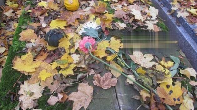Poškozený hrob bez kříže