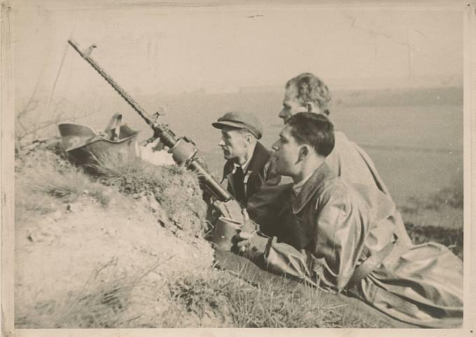 Pánové Chaluš, Landovský a Boháček (odzadu) u kulometného hnízda během Pražského povstání. Suchdolští nejen aktivně bojovali, ale stavěli i barikády. Ty značně komplikovaly pohyb německým vozidlům a tankům.