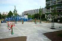 Nové fitness hřiště pro dospělé v Lehnické ulici v Praze 8.