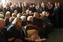 Smrt televizního střihače Michala Velíška urychlila rozhodnutí hlavního města zřídit nadační fond Bezpečná Praha. Snímek zachycuje Velíškův pohřeb. Vpředu s kočárkem je jeho manželka Iva.
