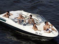 Pro některé čluny plánované omezení znamená, že budou muset jezdit skoro krokem. Ilustrační foto.