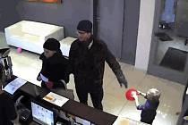 Dvojice podezřelá z krádeže luxusní kabelky v soláriu v Koněvově ulici na Žižkově.