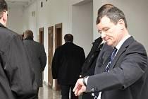 U Krajského soudu v Praze pokračovalo po měsíční pauze hlavní líčení v údajné korupční kauze někdejšího středočeského hejtmana Davida Ratha a desítky spoluobžalovaných. Proces potrvá neméně do května, patrně se ale ještě o měsíce protáhne.