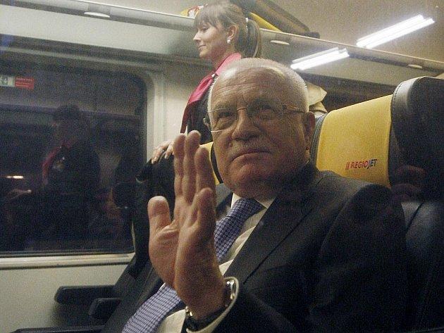 Prezident Václav Klaus před odjezdem vlaku IC 1015 RegioJet, kterým cestoval v úterý 6. prosince 2011 z pražského hlavního nádraží do Ostravy.