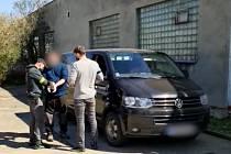 Slovenští kriminalisté předali na hranicích českým kolegům muže podezřelého z vraždy.